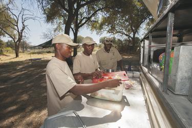 Vorbereitungen zum Brunch, Botswana Komfort Camping