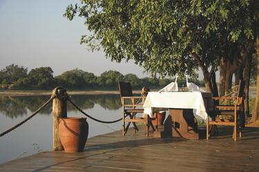 Gemütlicher Platz im Nkwali Camp, ©Robin Pope Safaris