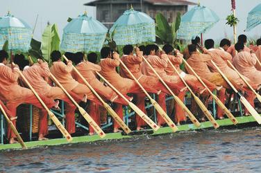 festlich gekleidete Einbeinruderer, ©Exo Travel Myanmar