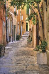 Gasse in Saint Tropez - ©XtravaganT - stock.adobe.com