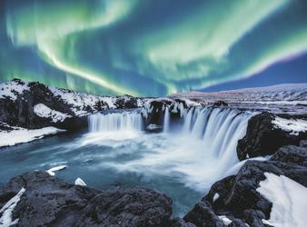 Polarlichter über dem Godafoss © Magnifeier - shutterstock