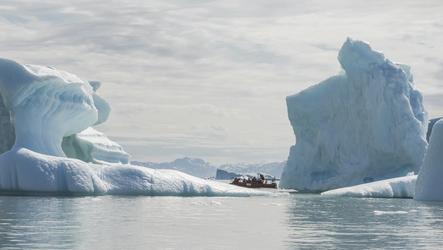 Mit dem Polarcirkel-Boot zwischen den Eisbergen - c Karsten Bidstrup, ©Karsten Bidstrup