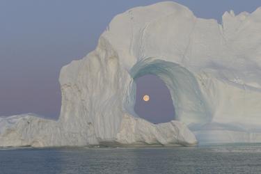 Der Mond hinter einem Eisberg - c Guest image Katja Stoehr