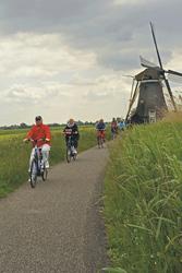 Fahrradtour vorbei an einer der vielen Windmühlen, ©Markus Abeling