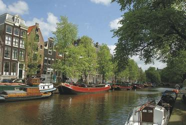 Hausboote in einer Gracht von Amsterdam