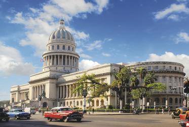 Typische Oldtimer vor dem Capitol in Havanna - plantours Kreuzfahrten