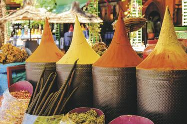 ©Stock Foto_n    Moroccan spice stall in marrakech market, moroccon    Bildnummer_ 195659072n    Urheberrecht_ takepicsforfun