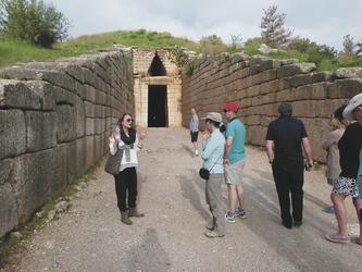 Besichtigung des Grabs von Klytaimnestra in den Burgruinen von Mykene - Variety Cruises