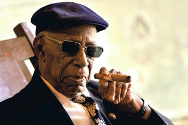Kubaner beim Zigarrerauchen